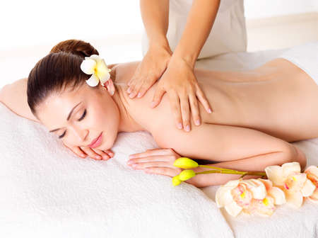 Photo pour Woman having massage of body in the spa salon. Beauty treatment concept. - image libre de droit