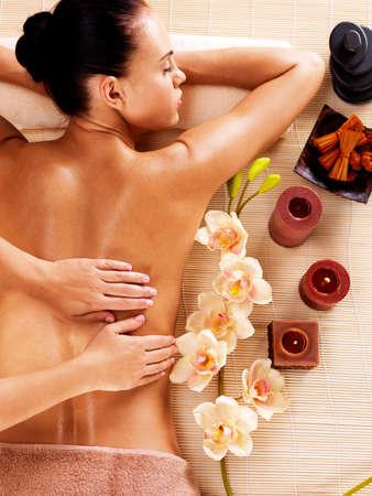 Photo pour Masseur doing massage on woman back in the spa salon - image libre de droit
