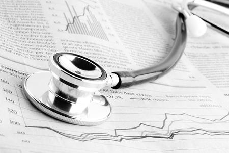 Foto de detail of a stethoscope on financial chart - Imagen libre de derechos