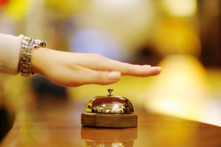 Foto de business woman  at the reception of a hotel checking in - Imagen libre de derechos