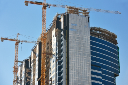 Photo pour Construction site with crane and building - image libre de droit