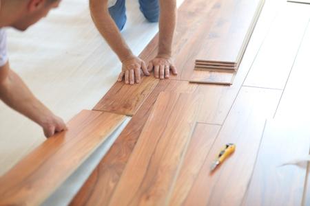 Photo pour Installing laminate flooring in new home indoor - image libre de droit