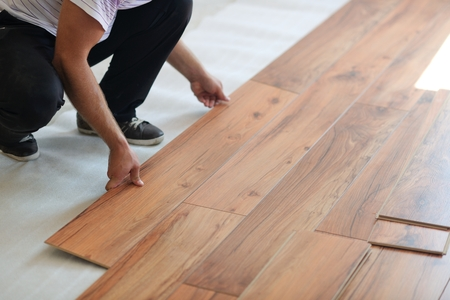 Foto de Installing laminate flooring in new home indoor - Imagen libre de derechos