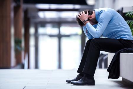 Foto de frustrated young business man working on laptop computer at office - Imagen libre de derechos