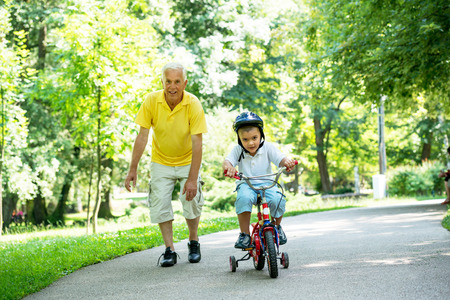 Photo pour happy grandfather and child have fun and play in park on beautiful  sunny day - image libre de droit