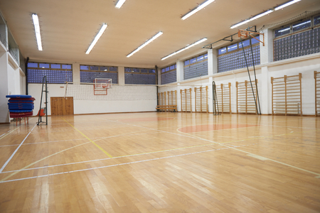 Foto de elementary school gym indoor with volleyball net - Imagen libre de derechos