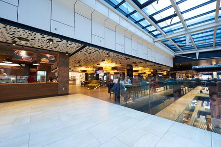 Photo pour modern bright shopping mall indoor architecture - image libre de droit