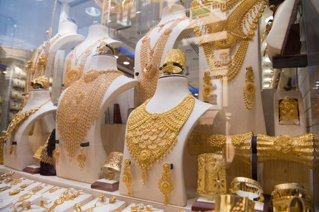 Foto de Fashion jewelry from yellow and white gold, on a window shop - Imagen libre de derechos