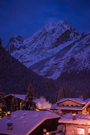 Photo pour mountain village in alps  at night in winte  with fresh snow - image libre de droit