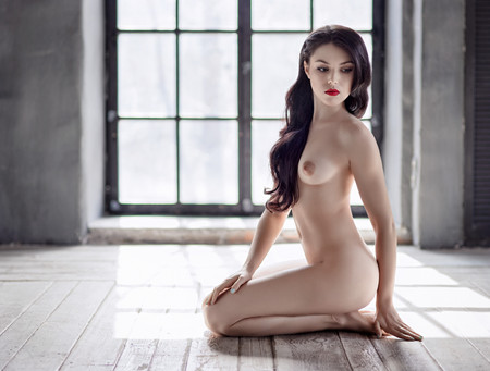 Photo pour Young beautiful naked woman sitting on a floor - image libre de droit