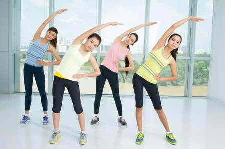 Foto de A group of young women warming-up in the aerobics class together - Imagen libre de derechos