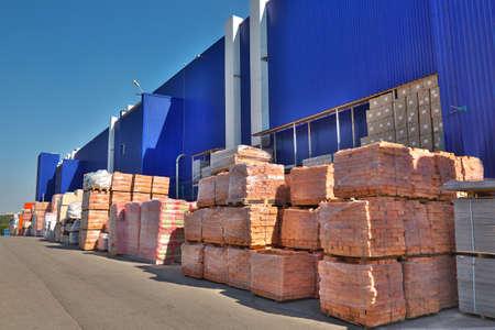 Foto de Construction materials stacked near the warehouse - Imagen libre de derechos