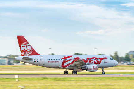 Foto de Kyiv, Ukraine - June 09, 2019: Ernest Airbus A320 on the runway in Kyiv Sikorsky Airport - Imagen libre de derechos