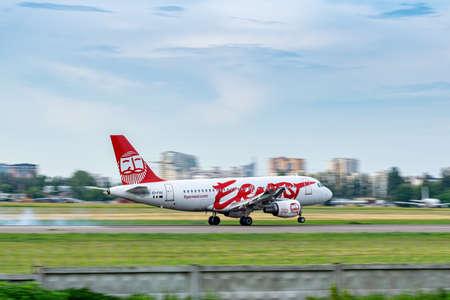 Foto de Kyiv, Ukraine - June 09, 2019: Ernest Airbus A319 on the runway in Kyiv Sikorsky Airport - Imagen libre de derechos