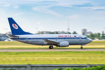 Foto de Kyiv, Ukraine - June 09, 2019: Belavia Boeing 737 on the runway in Kyiv Sikorsky Airport - Imagen libre de derechos