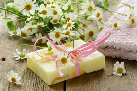 Foto de handmade soap with flowers on the organic background - Imagen libre de derechos