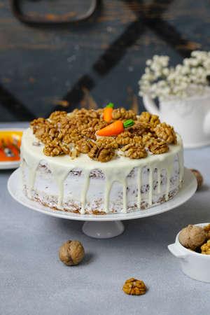 Photo pour carrot cake with walnuts and mascarpone cream - image libre de droit
