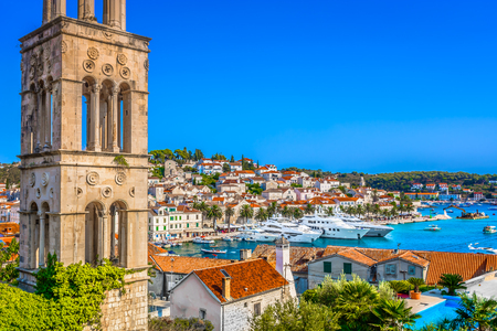 Foto de Aerial colorful mediterranean scenery in town Hvar, popular sightseeing place in Europe, Croatia. - Imagen libre de derechos
