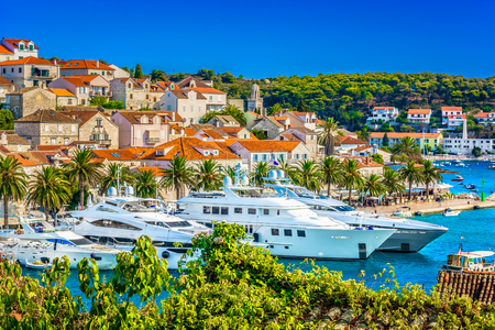 Foto de Summer view at luxury yachts in Hvar town, mediterranean place on Adriatic Coast. - Imagen libre de derechos