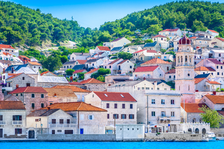 Foto de Waterfront view at small picturesque town Pucisca on Adriatic Coast, Island Brac scenery. - Imagen libre de derechos
