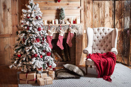 Photo pour Decorated Christmas room with beautiful fir tree. - image libre de droit