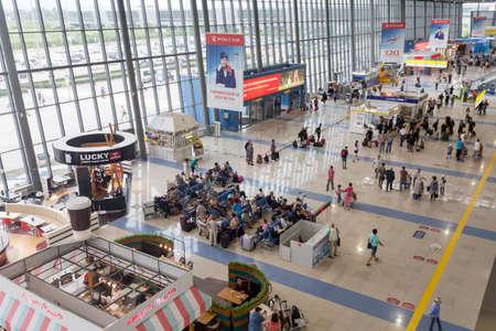 Foto de Russia, Vladivostok, 10/08/2018. Interior view of Vladivostok International Airport. Many passengers waiting for boarding, cafe and stores. - Imagen libre de derechos