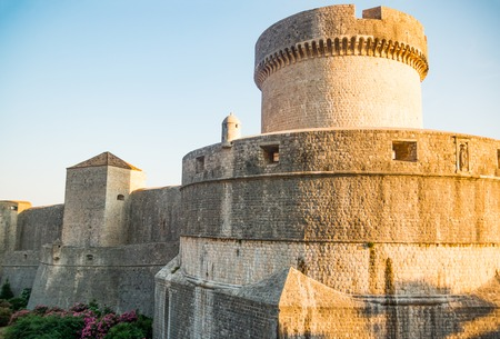 Foto de Minceta Tower and Dubrovnik medieval old town city walls in Croatia - Imagen libre de derechos
