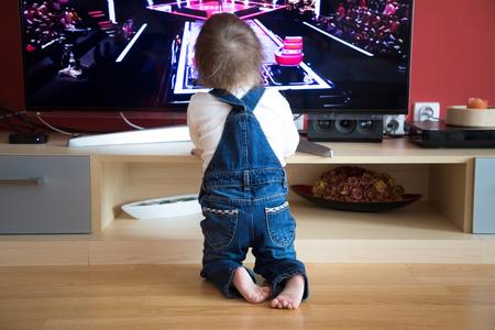 Foto de Baby boy watching TV at home - Imagen libre de derechos