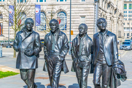 Foto de Statue of the Beatles in front of the royal liver building in Liverpool, England  - Imagen libre de derechos