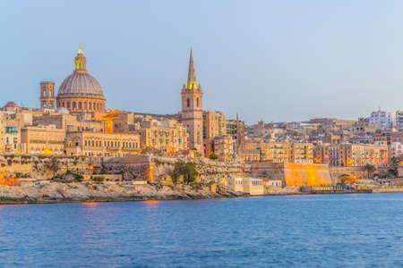 Photo pour Skyline of Valleta during sunset, Malta - image libre de droit
