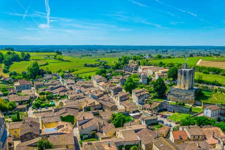 Photo pour Aerial view of French village Saint Emilion dominated by Tour du Roy - image libre de droit