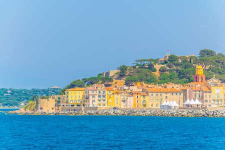 Foto de Seaside and citadel of Saint Tropez, France - Imagen libre de derechos