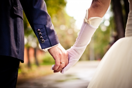 Photo pour Bride and groom holding hands - image libre de droit