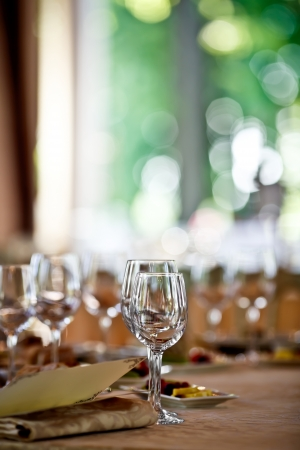 Foto de Empty glasses set in restaurant - Imagen libre de derechos