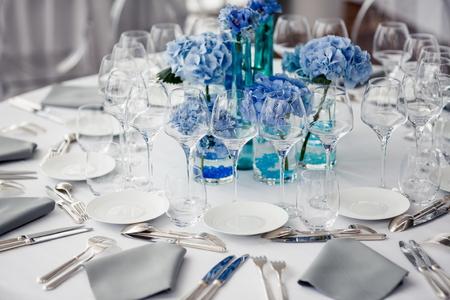 Photo pour Wedding table setting in restaurant - image libre de droit