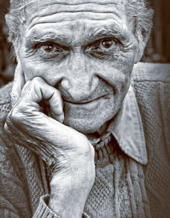 Photo pour Old senior man with wrinkled face and expressive eyes - image libre de droit