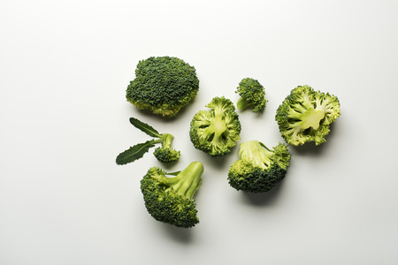 Photo pour Fresh raw broccoli isolated on a white background. - image libre de droit
