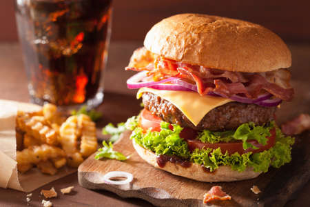 Photo pour bacon cheese burger with beef patty tomato onion cola - image libre de droit