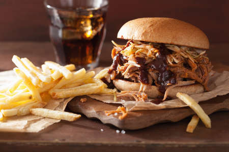 Photo pour homemade pulled pork burger with coleslaw and bbq sauce - image libre de droit