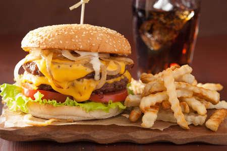 Photo pour double cheeseburger with tomato and onion - image libre de droit