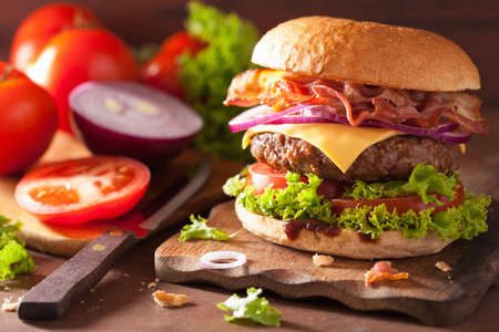 Photo pour bacon cheese burger with beef patty tomato onion - image libre de droit