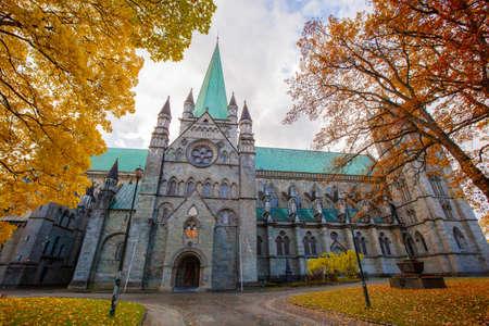 Photo pour Nidaros Cathedral in autumn, Trondheim Norway - image libre de droit