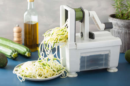 Photo pour spiralizing courgette raw vegetable with spiralizer - image libre de droit