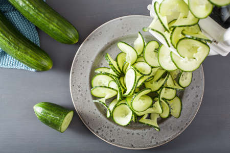 Photo pour spiralizing cucumber vegetable with spiralizer - image libre de droit