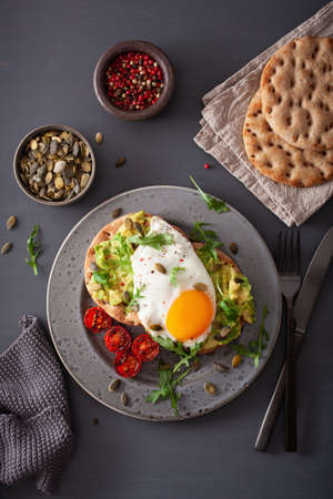 Photo pour breakfast avocado sandwich with fried egg and tomato - image libre de droit