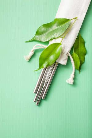 Foto de eco-friendly reusable metal drinking straw. zero waste concept - Imagen libre de derechos