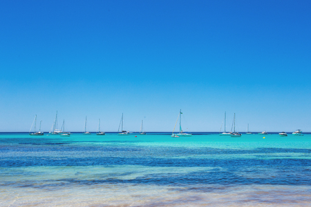 Foto de Es Trenc - amazing beach with beautiful clear water and lots of yachts, Mallorca Island, Spain - Imagen libre de derechos