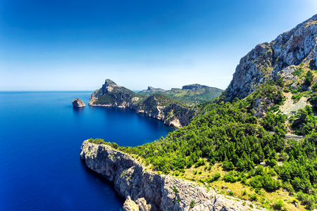 Photo pour View of beautiful Formentor peninsula in the north of Mallorca island, Spain - image libre de droit