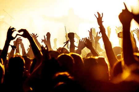 Foto de silhouettes of concert crowd in front of bright stage lights - Imagen libre de derechos
