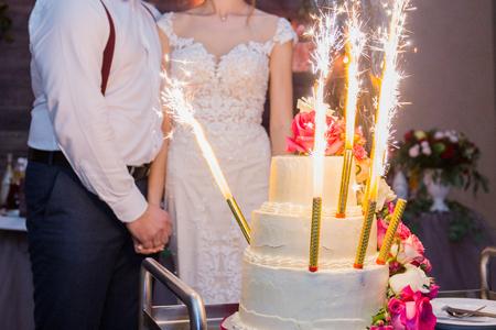 Foto de fireworks in a wedding cake on the background of the newlyweds - Imagen libre de derechos